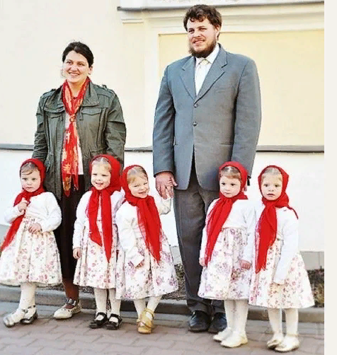 Семья Артамкиных воспитывает пятерняшек. Как им это удается?