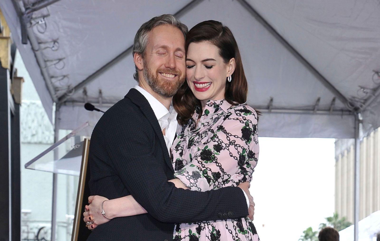 Неравный брак, или кто из знаменитостей женился на своем фанате